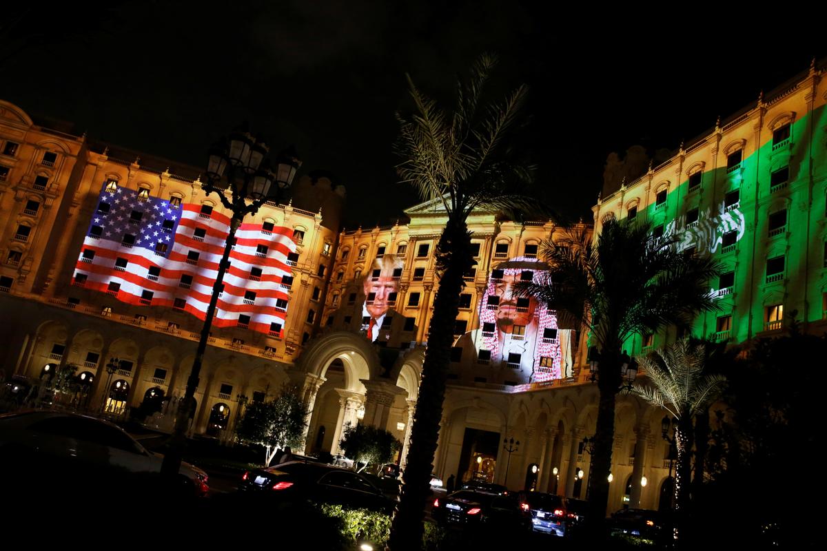 美国总统唐纳德∙特朗普、沙特阿拉伯国王萨勒曼•本•阿卜杜勒阿齐兹•阿勒沙特的照片及两国国旗的图案投射在丽思卡尔顿(The Ritz-Carlton)酒店的墙面上。 (© Jonathan Ernst/Reuters)
