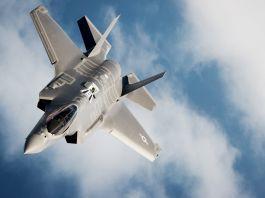 جت جنگنده F-35 (عکس از نیروی هوایی ایالات متحده/سرگروهبان جان آر. نیمو سینیور) در حال پرواز میان ابرها