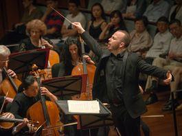 Homem regendo uma orquestra (Jan Regan/Orquestra da Filadélfia)
