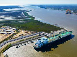 Navio-tanque ancorado em um rio (© Getty Images/Lindsey Janies/Bloomberg)