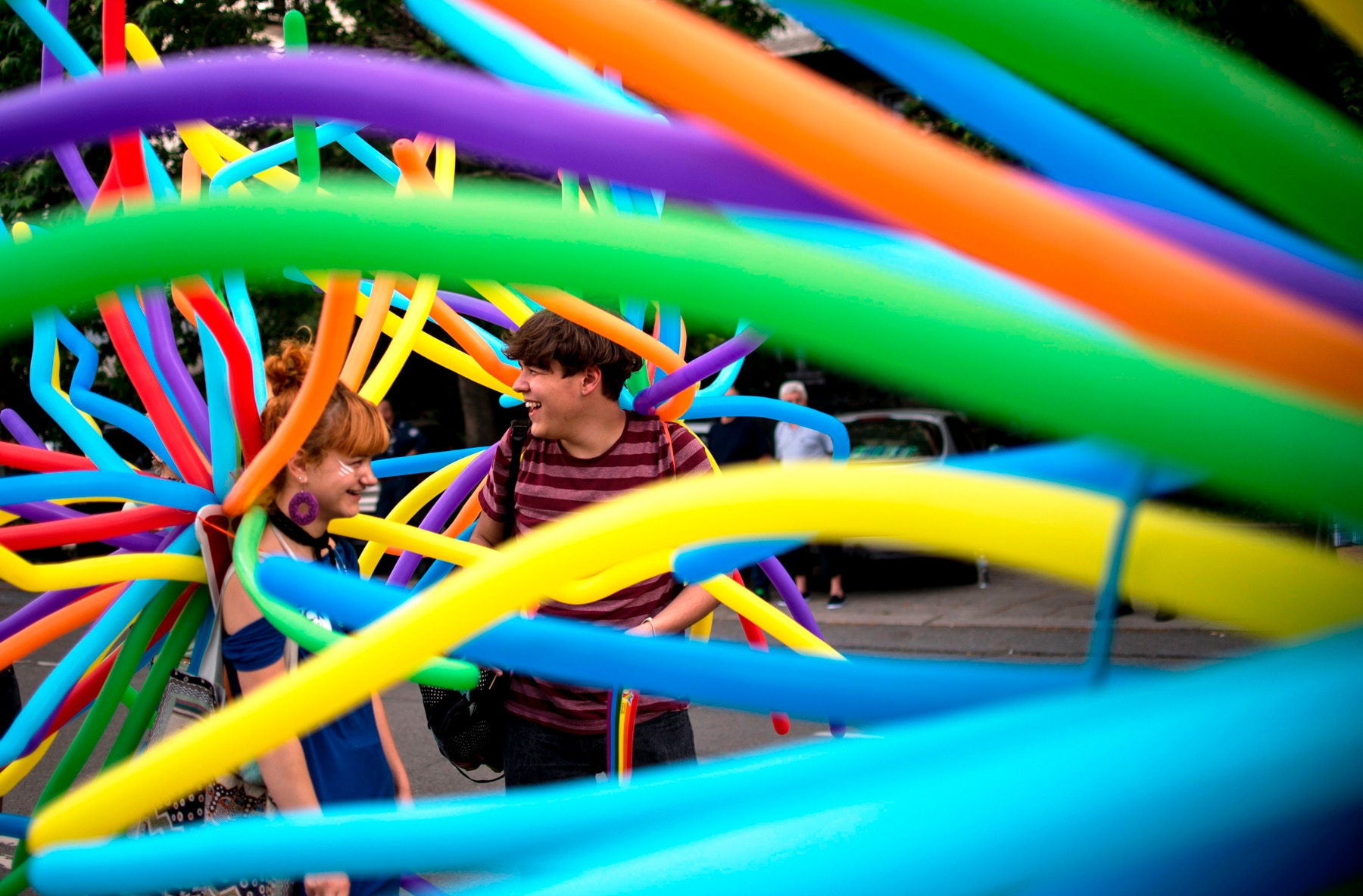 Deux personnes au milieu de ballons de toutes les couleurs. (© Getty Images/AFP)