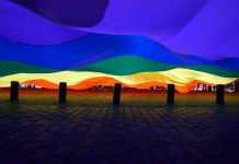 Bandera del arco iris gigante ondea (© Getty Images/Nur Photos)