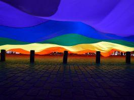 پرچم بزرگ رنگین کمان در احتزاز (عکس از گتی/نور)