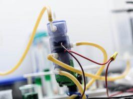 Tubos e fios se conectam a contêiner de plástico (© Fundação de Pesquisa Purdue)