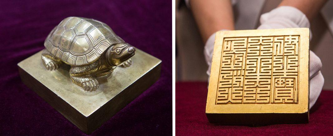 Dois ângulos de um sinete com alça em formato de tartaruga (Departamento de Estado/D.A. Peterson)
