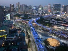 Vista aérea de cidade com passarelas iluminadas em azul (© MVRDV/Ossip van Duivenbode)