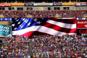 足球国际冠军杯比赛场上的巨大星条旗(照片:美联社)