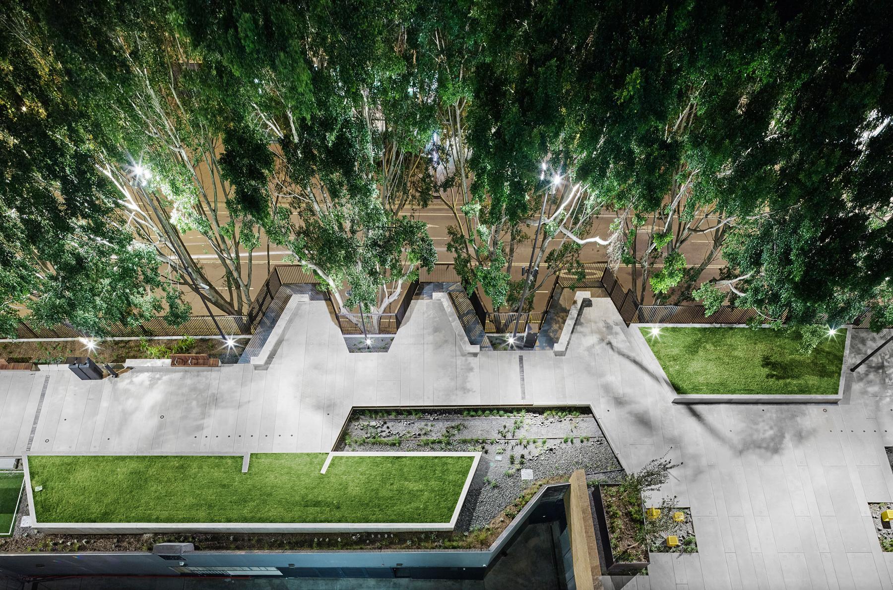 Vista desde arriba de un sendero pavimentado rodeado de árboles y verdor (ASPECT Studios/Florian Groehn)