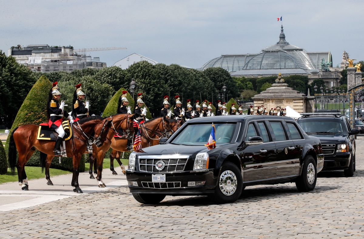 Presidential limousine driving by guards on horses (© AP Images)