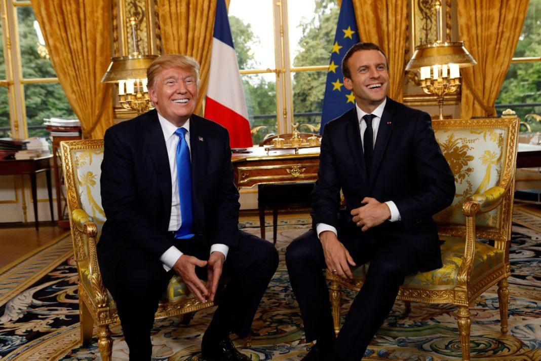 El presidente Trump y el presidente francés Emmanuel Macron, sentados (© AP Images)
