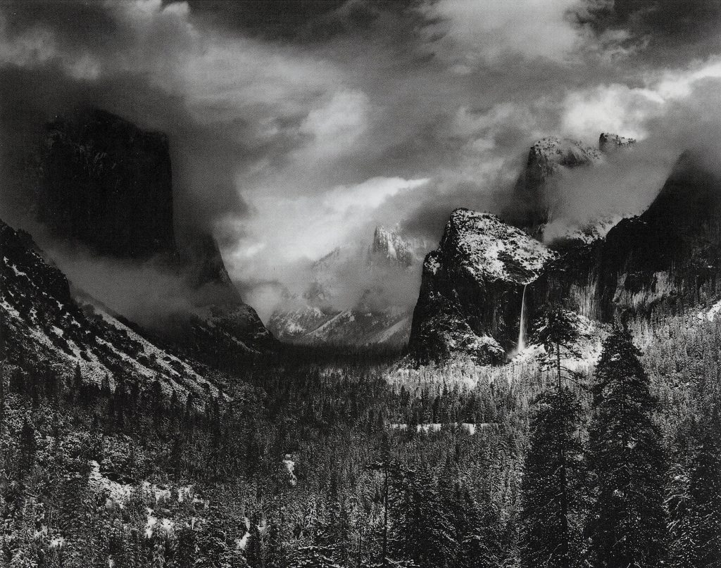 Black-and-white view of mountains (Courtesy of FAPE)