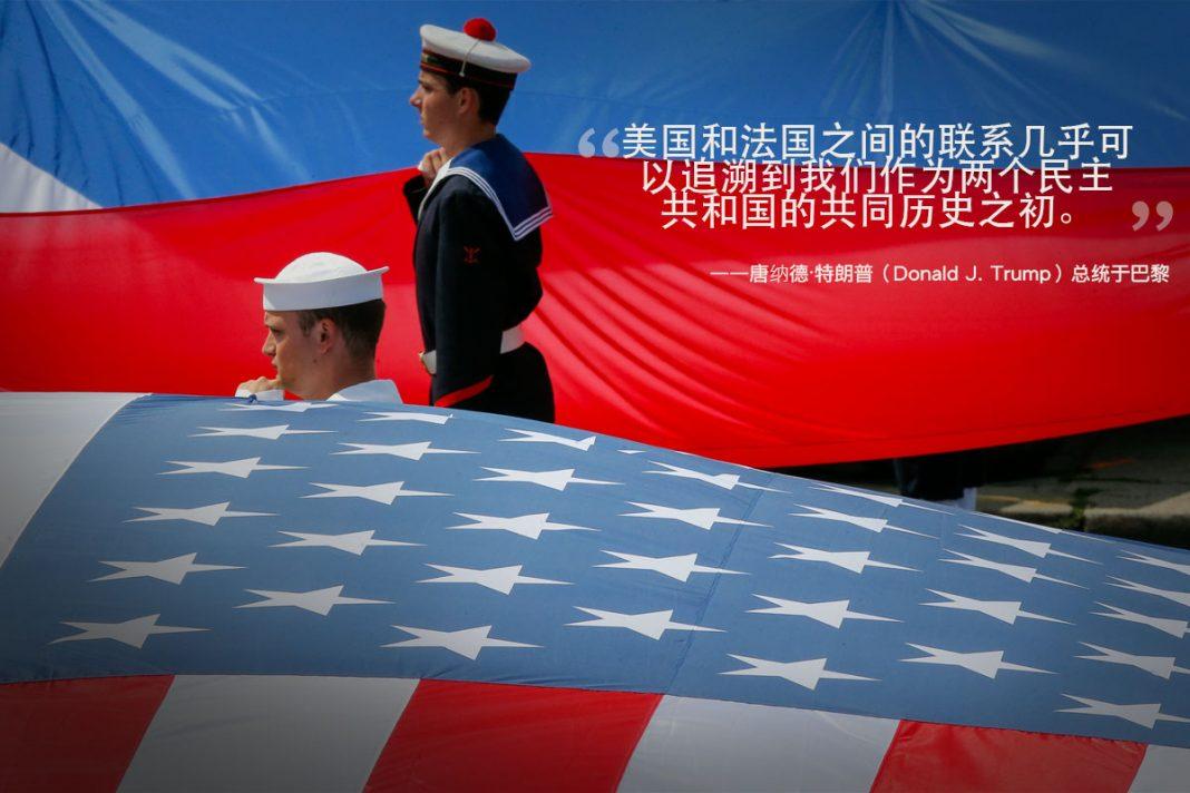美国及法国军人站立在两国国旗旁(© AP Images)
