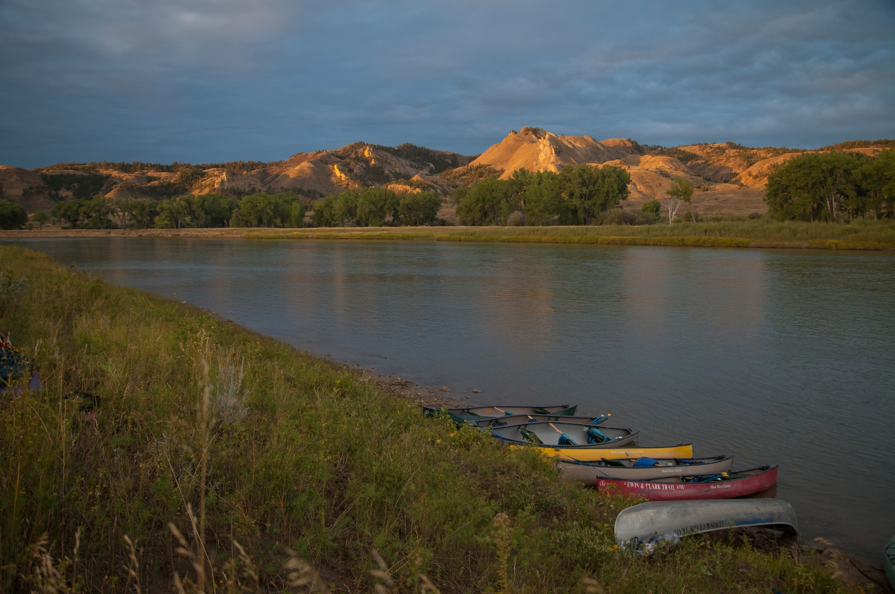 Canoas na beira do Rio Missouri (Dennis Lingohr/APR)Canoes sitting on the bank of river (Dennis Lingohr/APR)