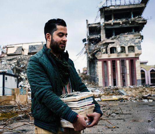 Студент спасает книги (© Dimitar Dilkoff/AFP/Getty)