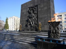 Gran monumento conmemorativo de piedra (© Maciej Gillert/Gallo Images Poland/Getty)