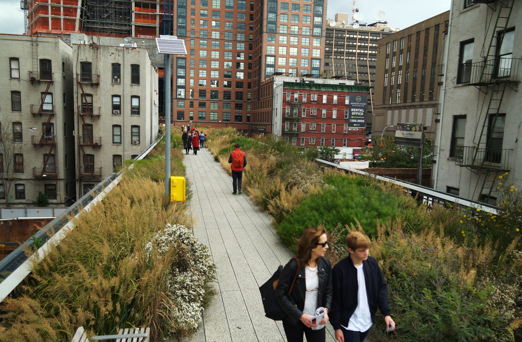 People walking along an elevated pathway (© Washington Post via Getty Images)