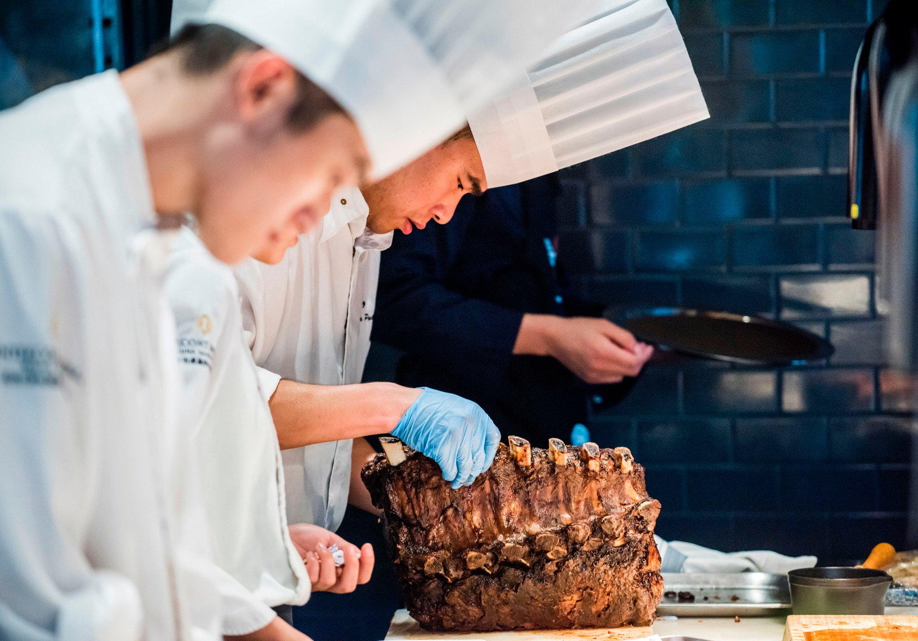 Chinese chefs preparing meat (© Getty Images)