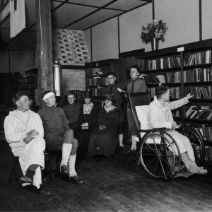 معذور سابقہ فوجی ایک لائبریری میں (© FPG/Hulton Archive/Getty Images)