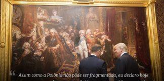Dois homens conversam em frente de grande pintura (Casa Branca/Shealah Craighead)
