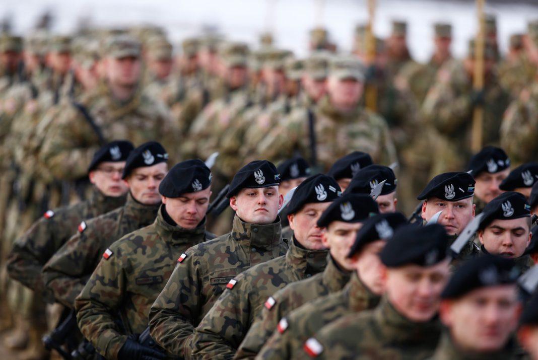 Grupo grande de soldados en formación (© Reuters/Kacper Pempel)