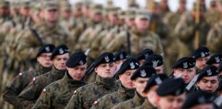 Large group of soldiers in formation (© Reuters/Kacper Pempel)