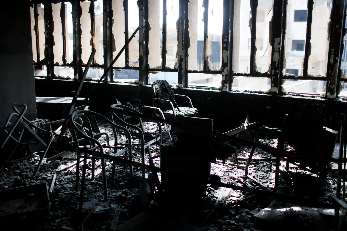 Aula con sillas y ventanas, todo quemado (© Ahmed Jadallah/Reuters)
