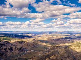 Awan mengambang di langit di atas hamparan luas padang rumput yang luas (Dennis Lingohr / APR)