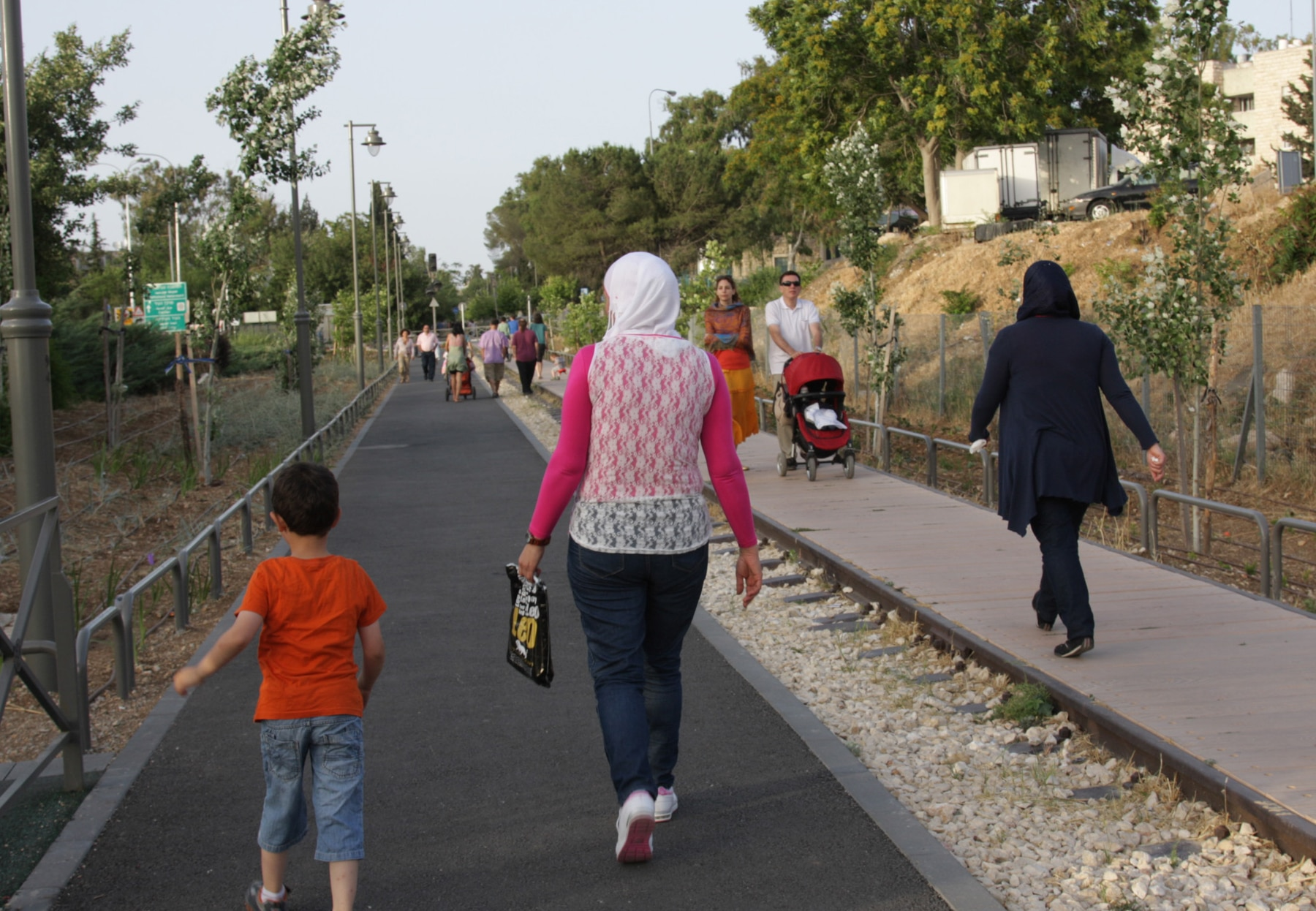 People walking down a promenade (© Shmuel Bar-Am)