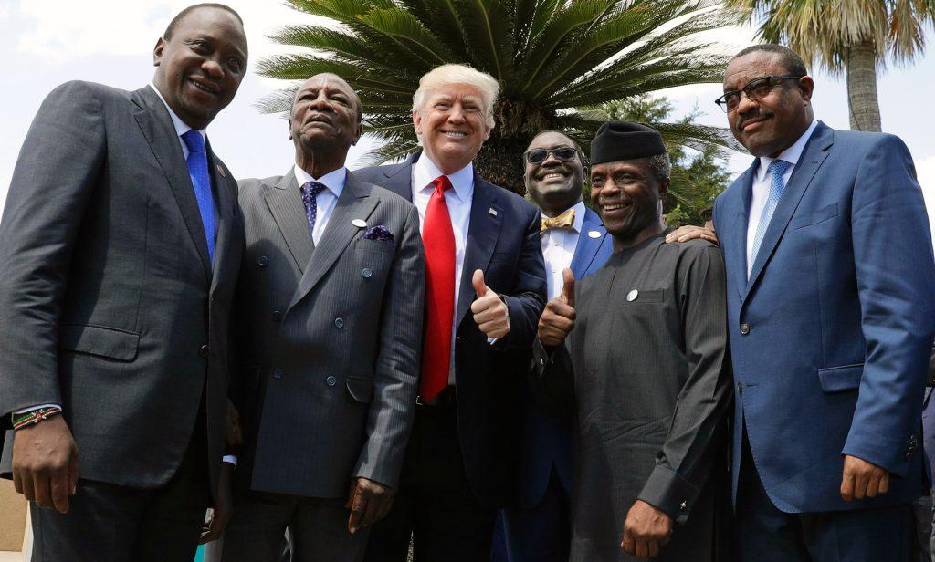 Le président Trump en train de poser en photo avec des dirigeants africains (© AP Images)