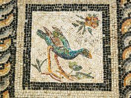 Azulejos formam mosaico no piso e mostram a figura de um pássaro (© Ariadne Van Zandbergen/Alamy)