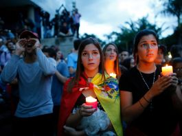 DemoAnstrators holding candles and shouting (© AP Images)