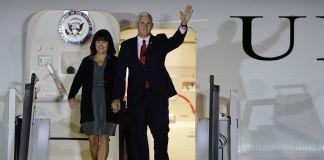 Pareja saluda desde la puerta de un avión (© AP Images)