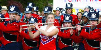 Personas vistiendo uniforme de banda musical en formación y tocando instrumentos (Foto cedida por South Bend Tribune/Greg Swiercz)