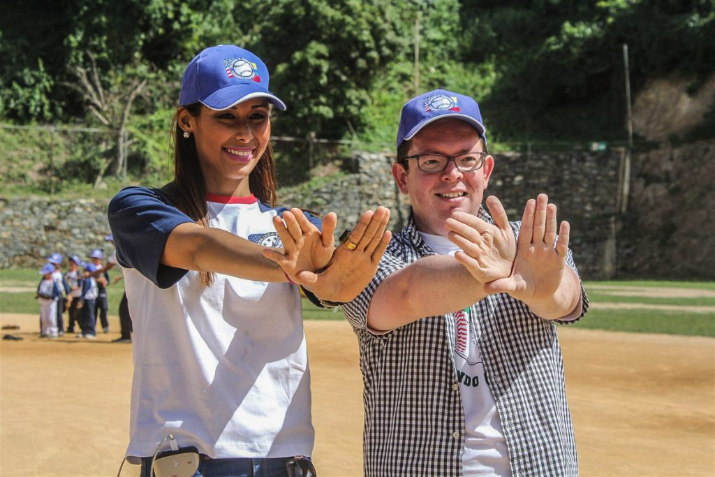 Woman and man making sign language gesture (Giulliana Gandullia/U.S. Embassy, Caracas)