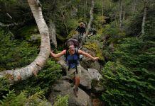 Des randonneurs en train de traverser un passage étroit fait de rochers le long du sentier des Appalaches (© Gregory Rec/Portland Press Herald via Getty Images)