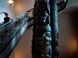 Un petit garçon descendant un escalier en regardant un totem (© Brendan Smialowski/AFP/Getty Images)