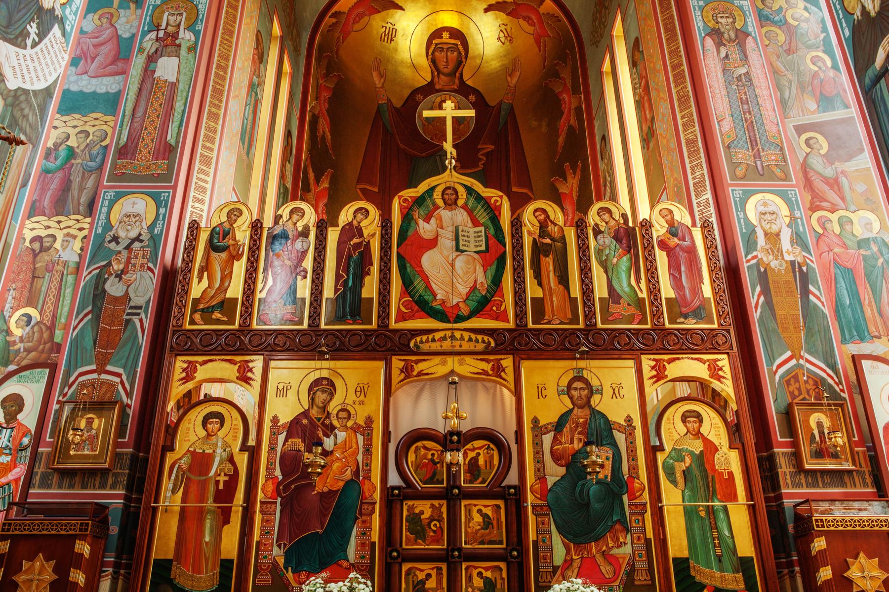 معرض ديني به لوحات رسمت عليها صور القديسين. (Irakli Chikhladze)
