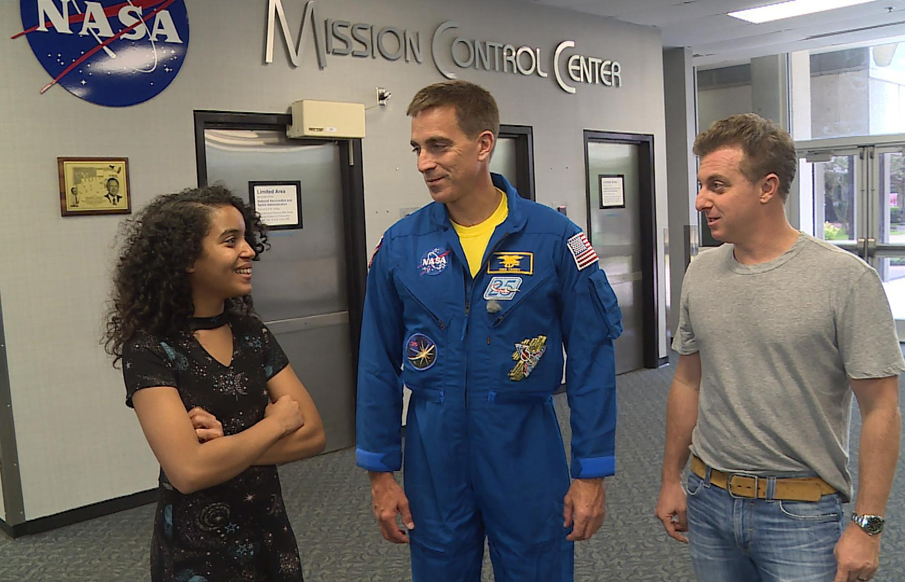 Young girl talking with astronaut and another man (Globo)