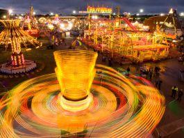 چراغ هایی محو شده در سرعت چرخش کارناوال (عکس از جول سارتور/نشنال جیوگرافیک)