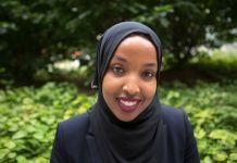 Retrato de una mujer joven con velo hijab, rodeada por vegetación (Depto. de Estado/D.A. Peterson)