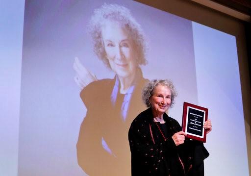 玛格丽特·阿特伍德获得全美书评人协会2016年伊万·桑德罗夫终身成就奖(照片:美联社)