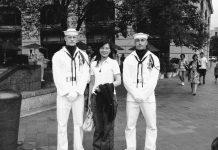 一位游客与海军大兵合影(照片:Xiao)