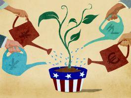 Ilustración de varios inversionistas internacionales regando una planta en un tiesto con bandera estadounidense (Depto. de Estado/Doug Thompson)