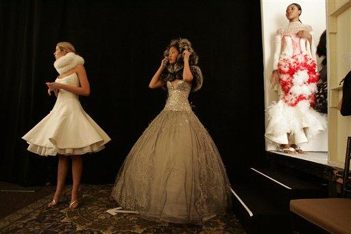 时装模特在帕森斯设计学院第57届时装秀后台等待上场(照片:美联社)