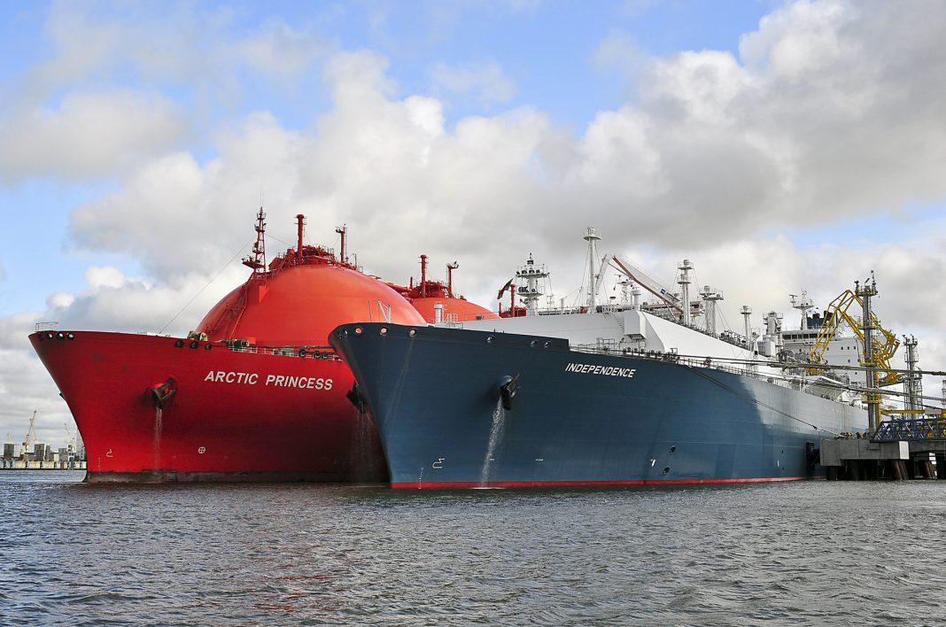 Deux navires-citernes sur l'océan (Shutterstock)