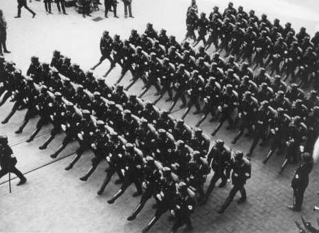 纳粹党卫军(Schutzstaffel)成员在一次集会中接受检阅。党卫军最初是希特勒的护卫队,1934 年以后成为纳粹党自身的宪兵。 拍摄地点:德国;拍摄日期:不详。(US Holocaust Memorial Museum)