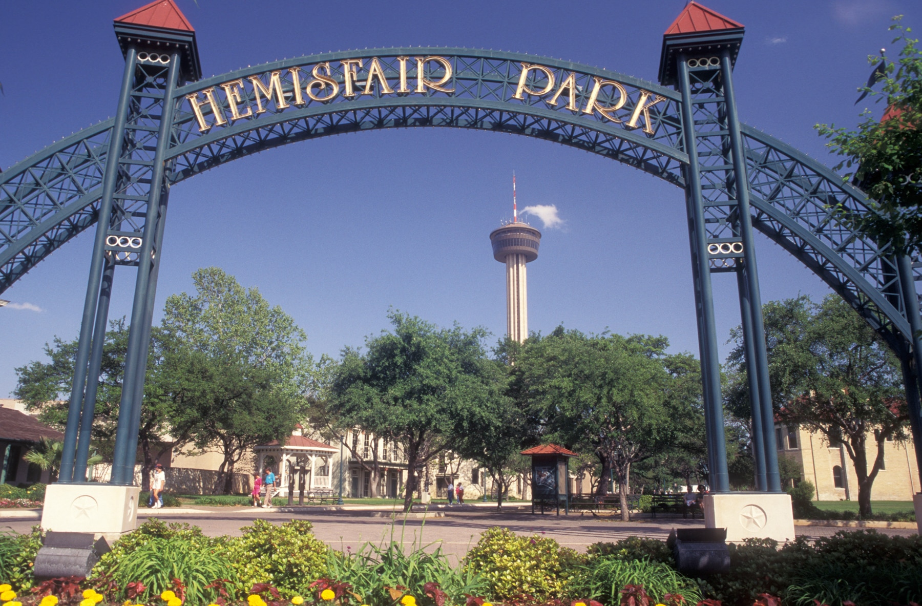 """Sign saying """"Hemisfair Park"""" and tall tower in background (Alamy)"""