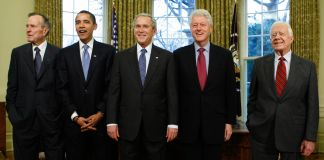George W. Bush, Barack Obama, Bill Clinton, Jimmy Carter, George H.W. Bush no Salão Oval (© AP Images)