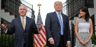 Rex Tillerson, presidente Trump e Nikki Haley juntos de pé (© AP Images)