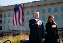 Donald Trump y Melania Trump se colocan la mano en el pecho frente al Pentágono (© AP Images)